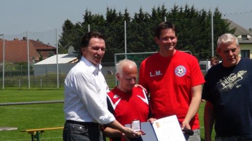 2015-06-04 Ger Stadt FC Kapellerfeld Ehrung